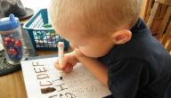 كيف أعلم طفلي مسك القلم