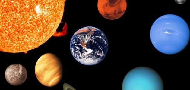 كم عدد الأقمار التي تحيط بالأرض