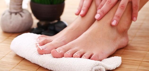 طريقة تنظيف القدمين