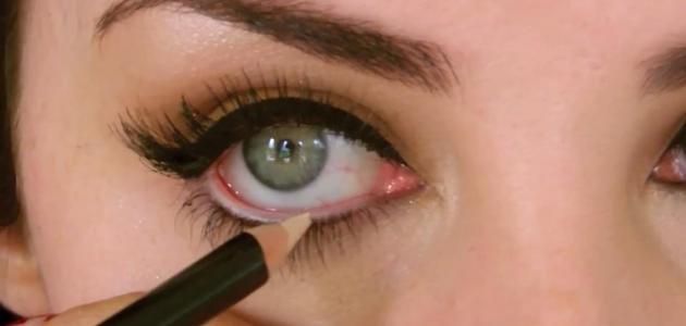 طريقة وضع الكحل داخل العين