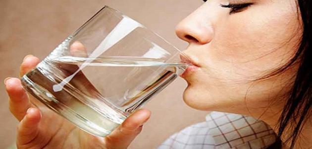 فوائد الماء الفاتر على الريق