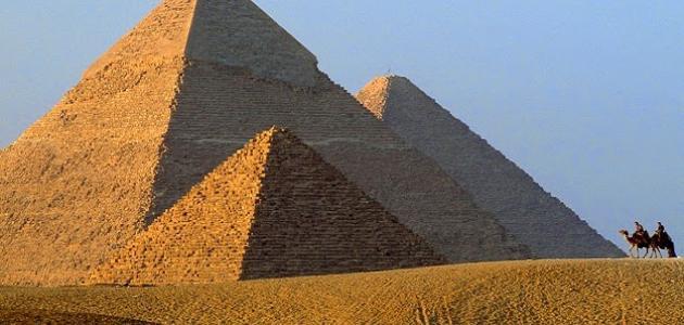 كيف بنى المصريون الأهرامات
