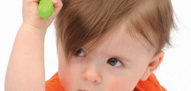 أسباب تساقط الشعر عند الأطفال وعلاجه