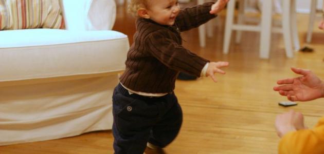 في أي عمر يمشي الطفل
