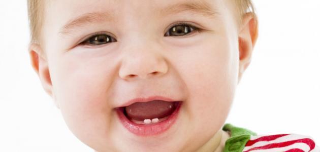 في أي شهر تظهر أسنان الطفل
