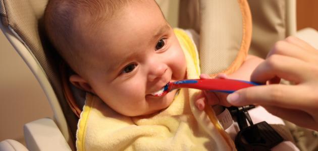 في أي شهر يبدأ الطفل بالأكل