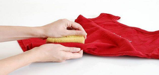 طرق إزالة بقع الزيت من الملابس بعد غسلها