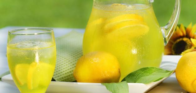 ما فائدة عصير الليمون على الريق