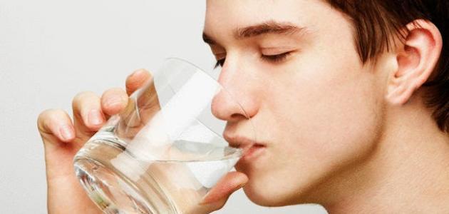 ما أضرار شرب الماء بعد الأكل