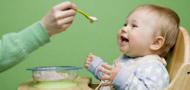 متى يتم إطعام الرضيع