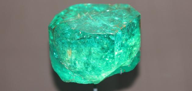 ما لون حجر الزمرد