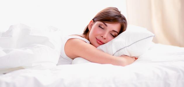 ما مضار النوم على البطن