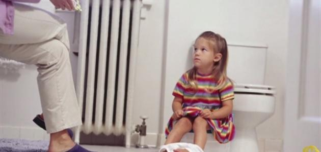 كيف أعلم طفلي دخول الحمام