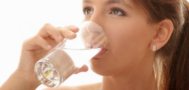 ما هي فوائد شرب الماء الدافئ على الريق