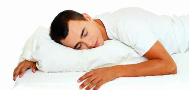 ما هي خطورة النوم على البطن