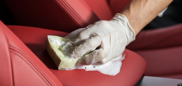 طريقة تنظيف جلد السيارة