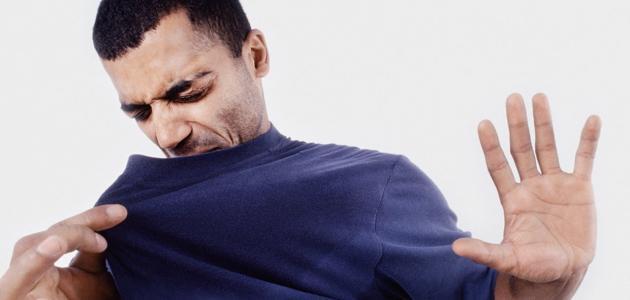 طريقة إزالة رائحة العرق من الملابس