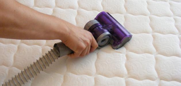 طريقة تنظيف مرتبة السرير