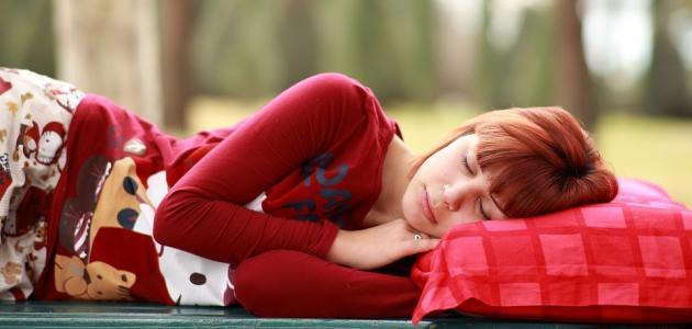 فوائد وأضرار النوم على الأرض
