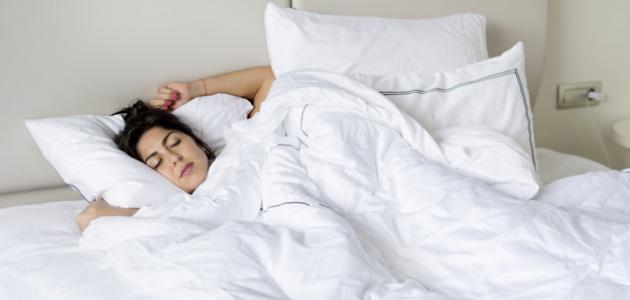 فوائد وأضرار النوم على الظهر