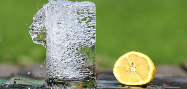 فوائد شرب الماء الدافئ مع الليمون على الريق