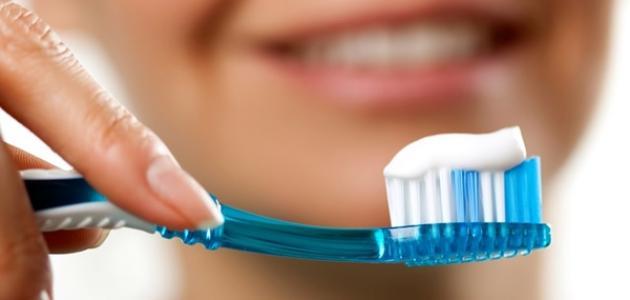 فوائد تنظيف الأسنان بالفرشاة والسواك