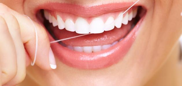 فوائد تنظيف الأسنان بالخيط