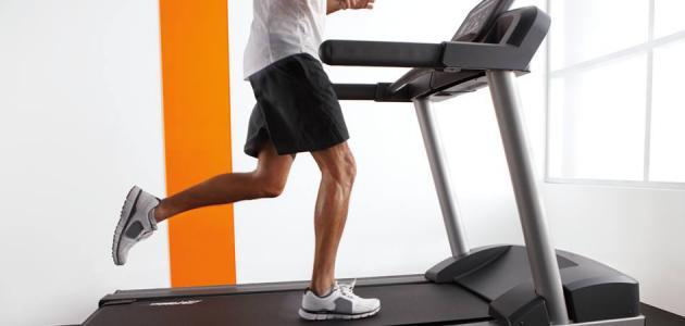 فوائد رياضة المشي على السير الكهربائي