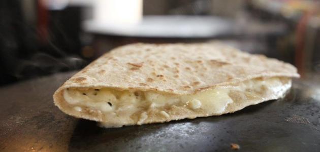 طريقة عمل خبز بالجبن على الصاج