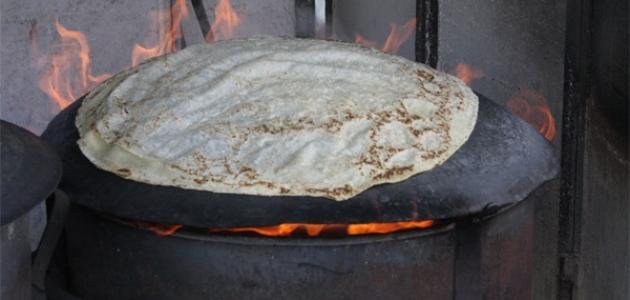 عمل الخبز على الصاج