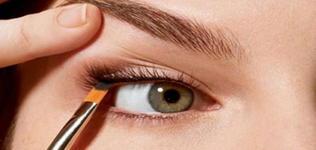 طريقة لتثبيت الكحل بالعين