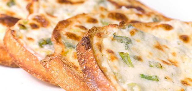 عمل خبز بالثوم والجبن
