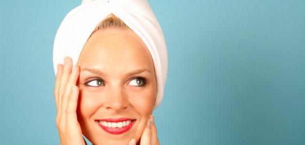 فوائد مسح الوجه بالحليب قبل النوم