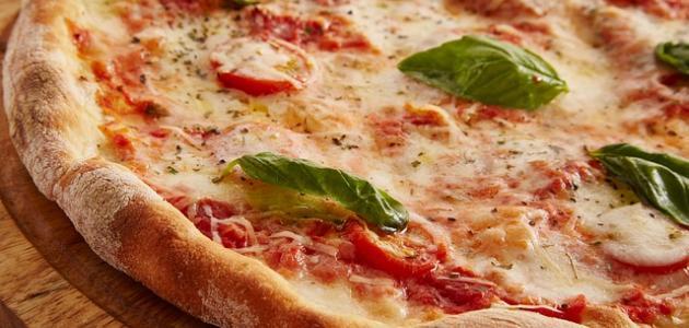 عمل البيتزا بجبنة الموزاريلا