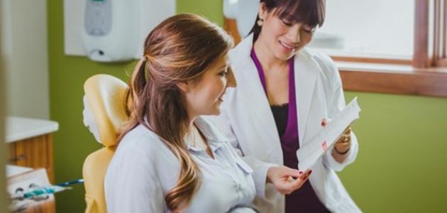 زيارة المرأة الحامل لعيادة طبيب الأسنان - فيديو
