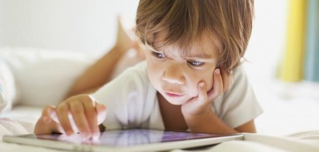 مضار الجلوس لفترات طويلة على الأجهزة الإلكترونية - فيديو