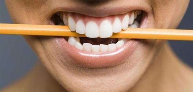 الضغط على الأسنان أثناء النوم - فيديو