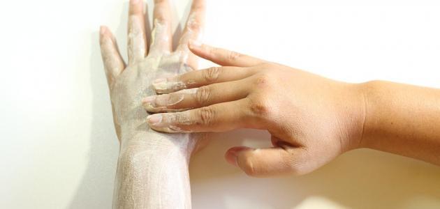 طريقة تقشير اليدين والقدمين