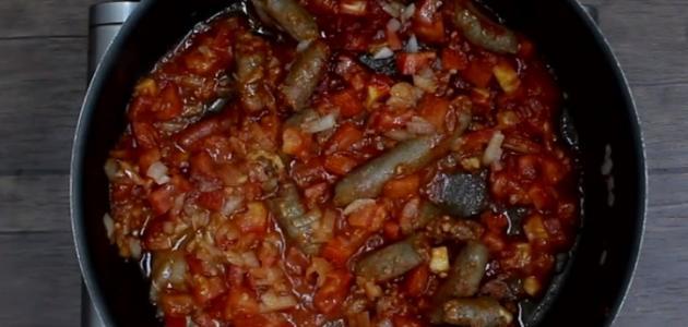 طريقة عمل السجق بالطماطم والبصل