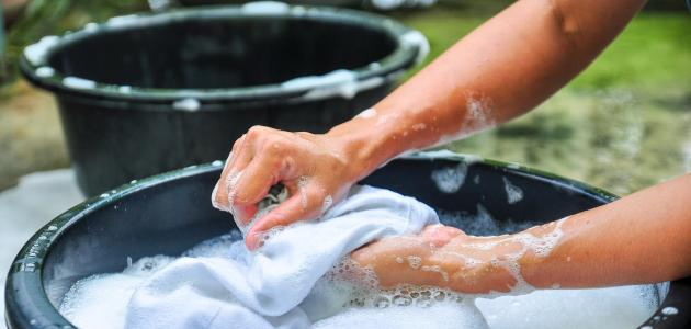طريقة غسل الملابس يدوياً