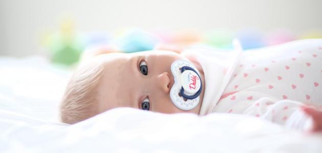 مراحل تطور الطفل في عمر السنة
