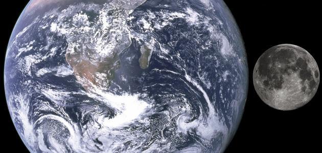 كم عدد الأقمار التي تدور حول الأرض