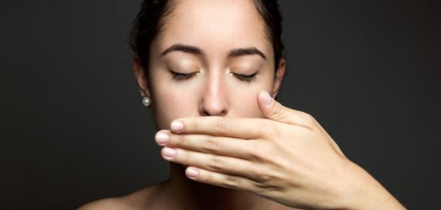 من أسباب رائحة الفم الكريهة