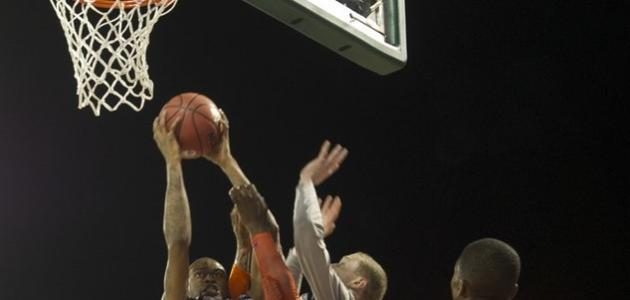 ما عدد لاعبي كرة السلة داخل الملعب