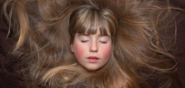 طرق طبيعية لفرد شعر الأطفال