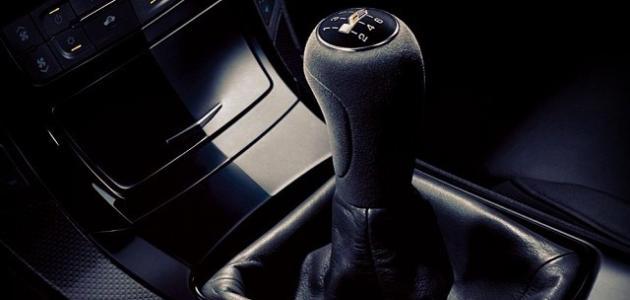 كيفية قيادة سيارة عادية