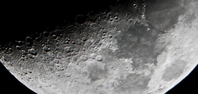 مم يتكون سطح القمر