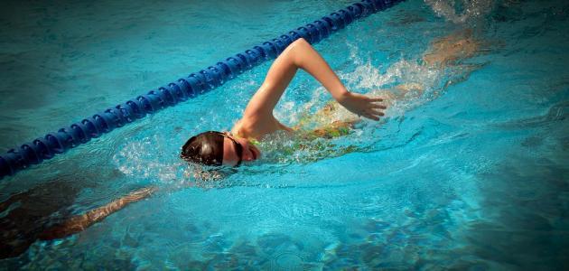 ما هي آثار السباحة على جسم الإنسان