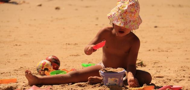 ما هي فوائد اللعب بالرمل للطفل