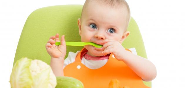 طفلك بدأ الاعتماد على نفسه بالأكل... هل تعرفين ما يكفي لمساعدته؟